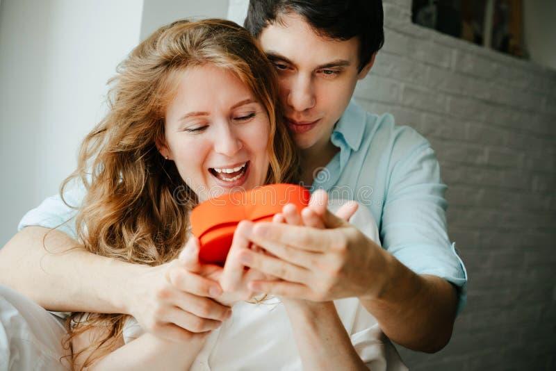 Para w miłości ogląda prezenta serca pudełko na walentynka dniu obrazy stock
