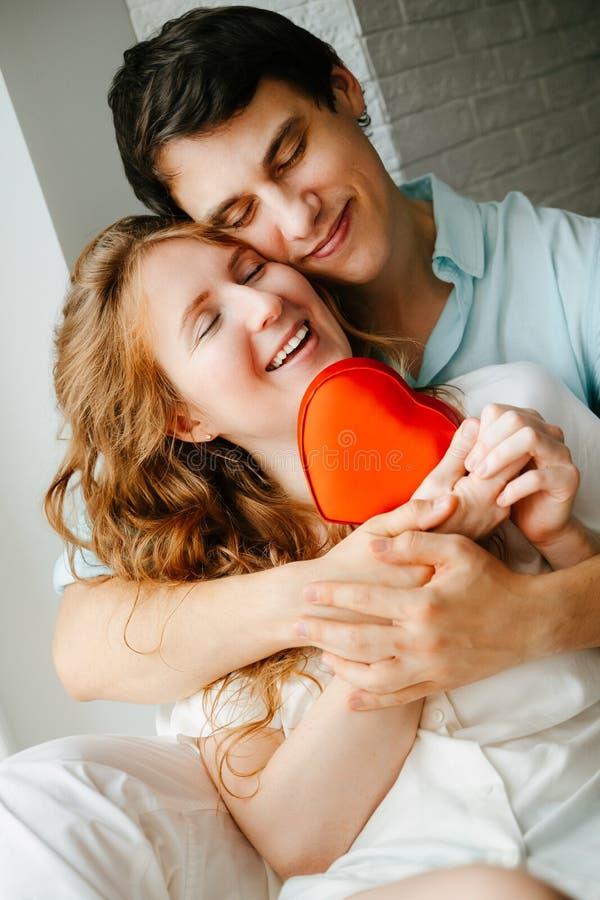 Para w miłości ogląda prezenta serca pudełko na walentynka dniu zdjęcie stock
