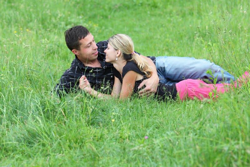 Download Para w miłości outdoors zdjęcie stock. Obraz złożonej z dotyk - 28958582