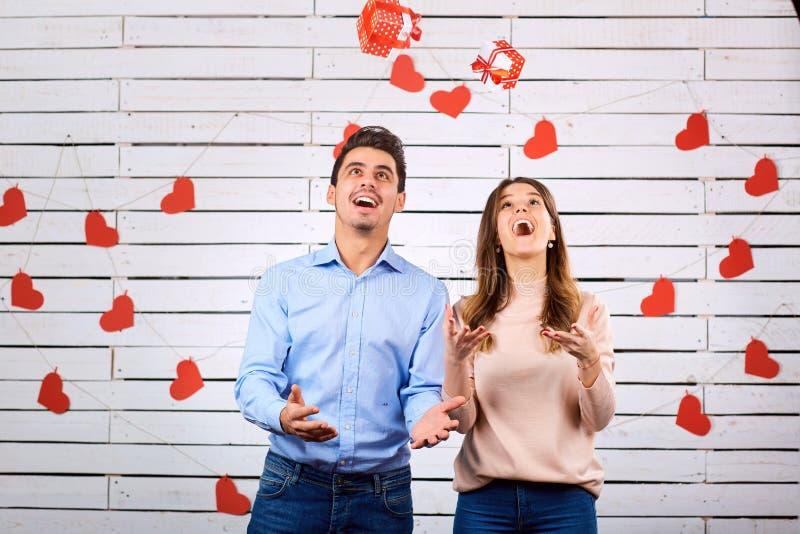 Para w miłości rzuca pudełka z prezentami obrazy royalty free