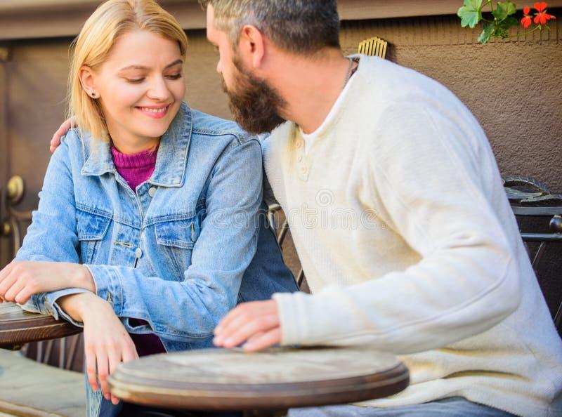 Para w miłości siedzi kawiarnia taras Mężczyzna z brody i blondynki kobietą cuddle na romantycznej dacie Romansowy pojęcie Miłość obraz stock