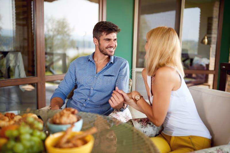Para w miłości siedzi przy stołem fotografia royalty free
