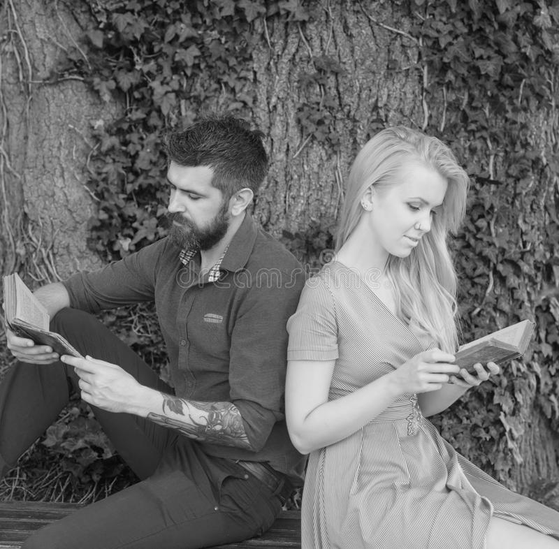 Para w miłości siedzi z powrotem popierać plenerowego, natury tło fotografia stock