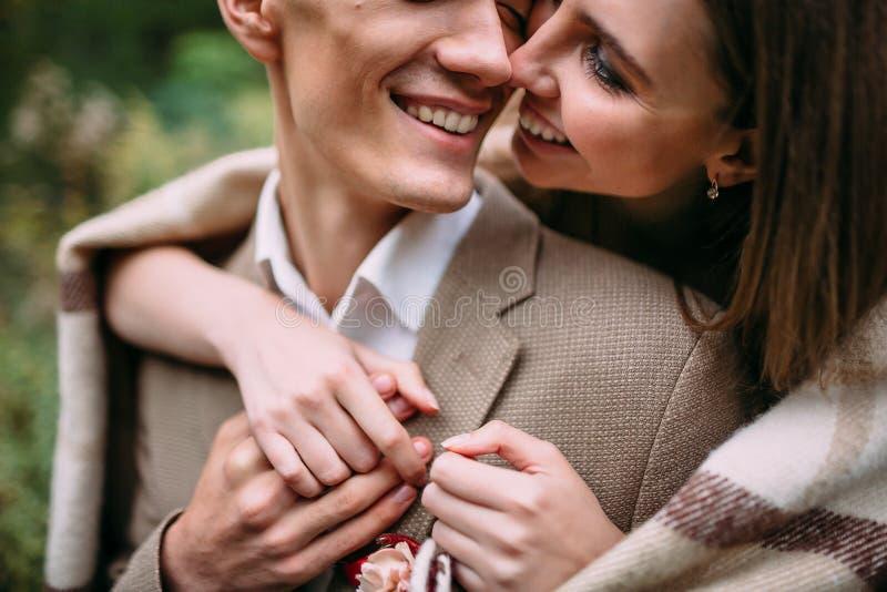 Para w miłości tenderly dotykach ich nosami szczęśliwych nowożeńców _ grafika zdjęcie royalty free