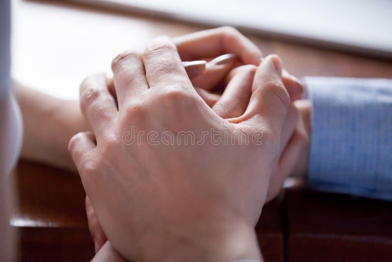 Para w miłości trzyma ręki zamknięte w górę fotografia royalty free