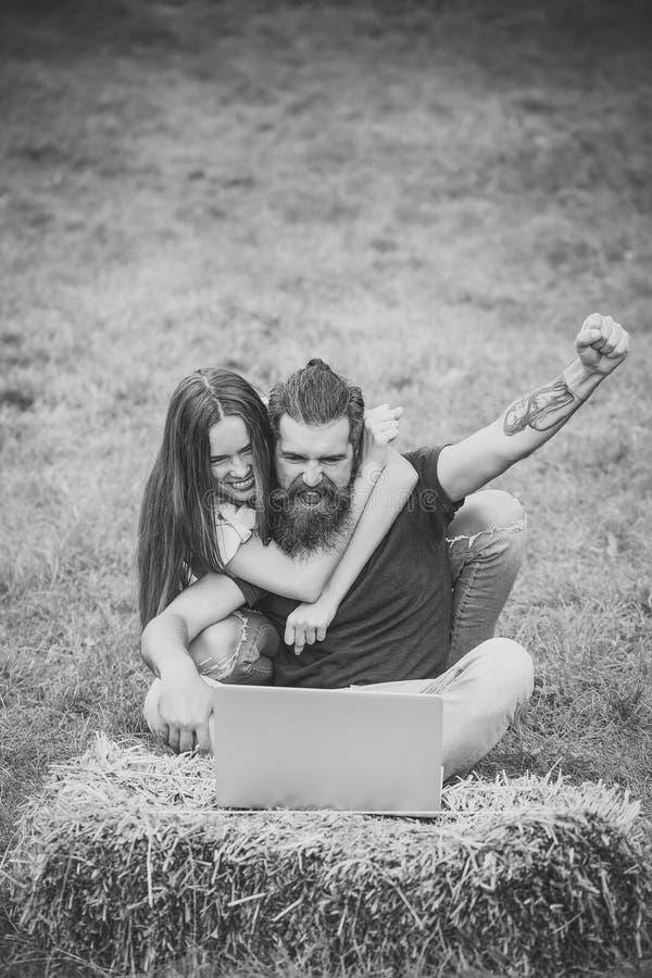 Para w miłości use laptopie na naturze, interneta surfing fotografia royalty free