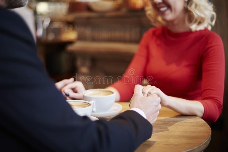 Para w miłości w kawiarni obrazy stock