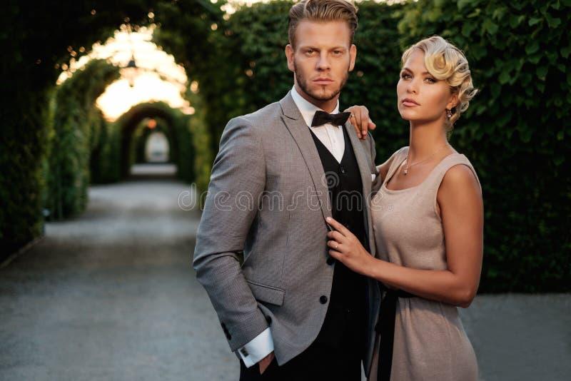 Para w pięknej alei obrazy stock