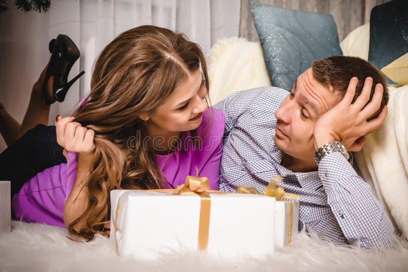Para w pokoju z prezentami zdjęcie stock