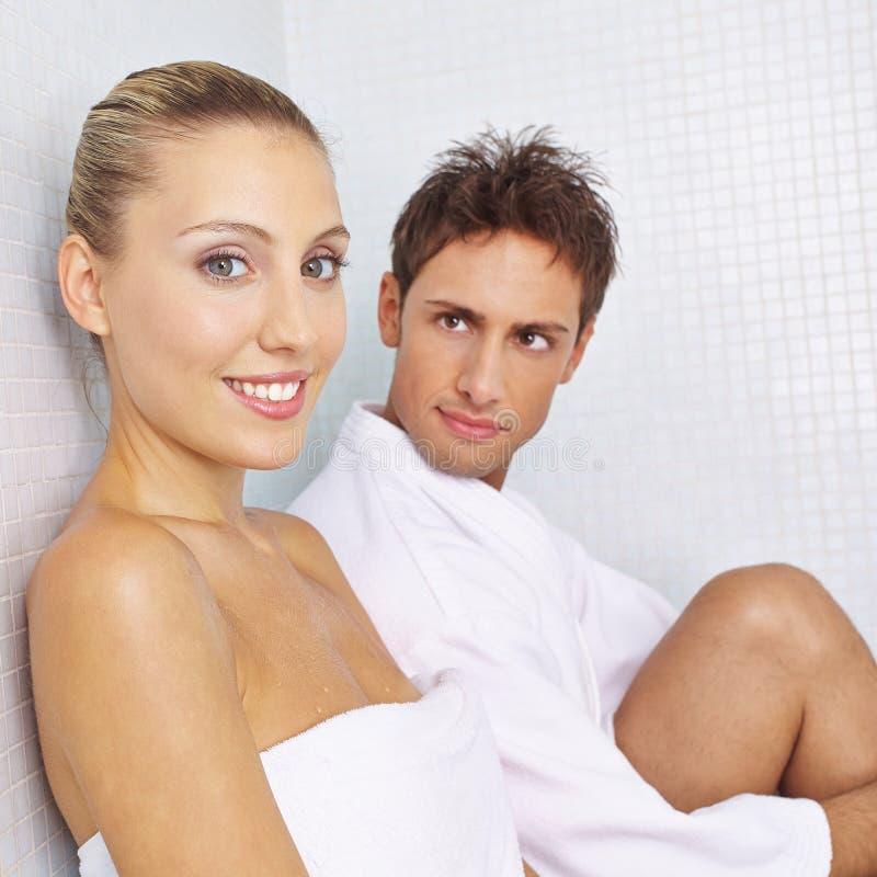 Para w relaksu pokoju w zdroju obraz royalty free