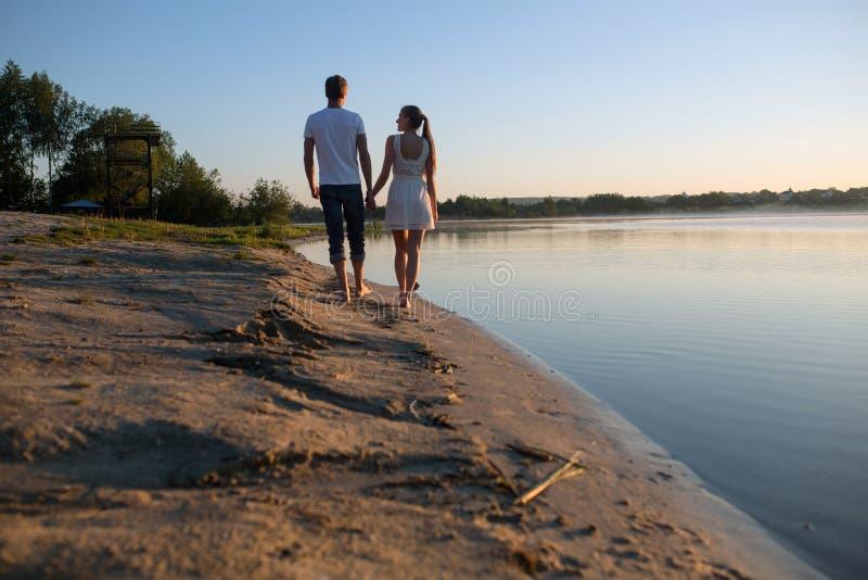 Para w wschodzie słońca na plaży obraz stock
