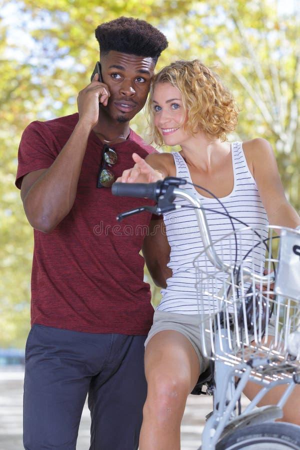 Para wielonarodowa stała na rowerze zdjęcia royalty free