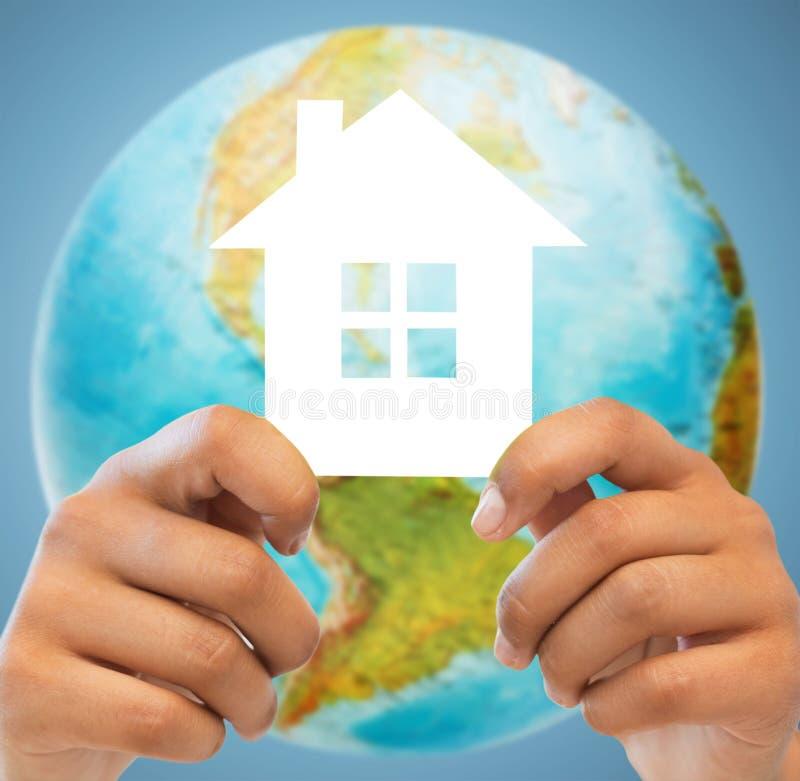 Para wręcza trzymać zielonego dom nad ziemską kulą ziemską fotografia royalty free