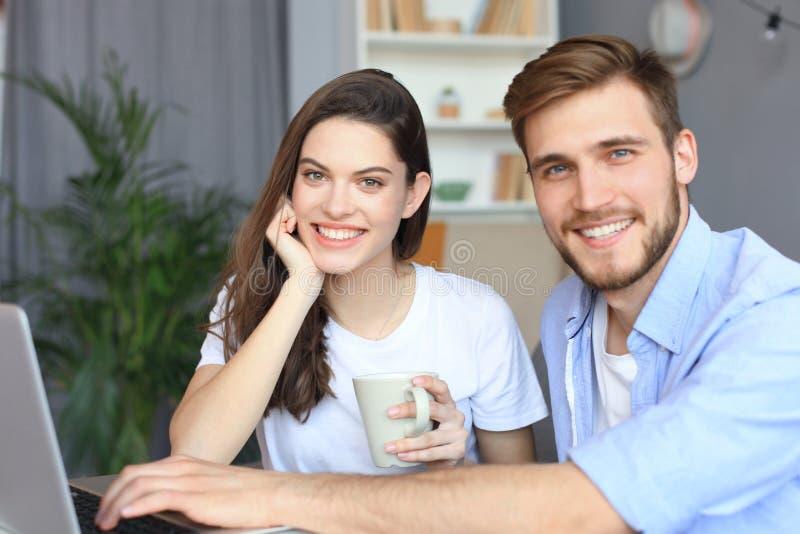 Para wskazuje podczas gdy pracuj?cy wp?lnie na laptopie obrazy stock