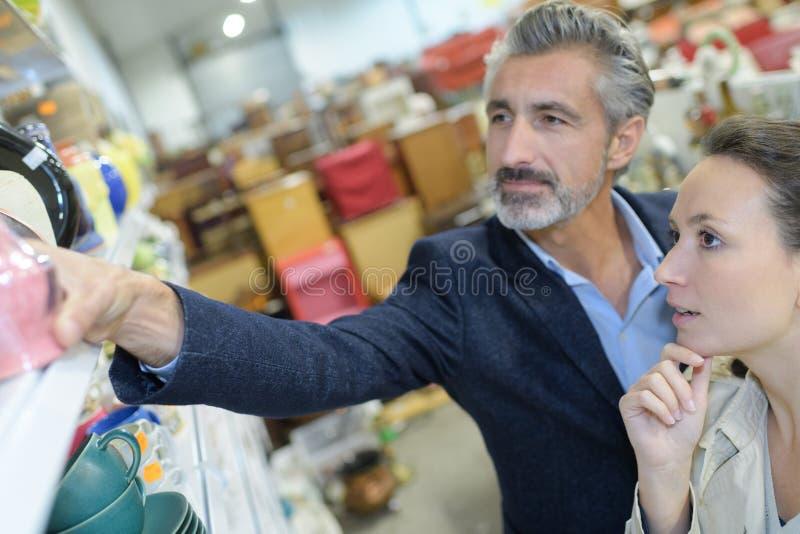Para wybiera ceramicznego w cookware sekci zdjęcie royalty free