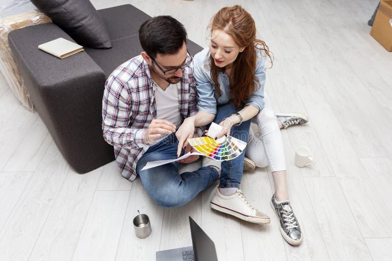 Para wybiera kolory dla farby mieszkania obraz stock