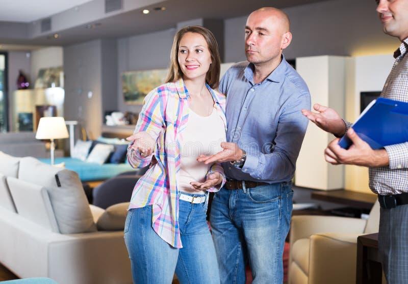 Para wybiera meble w salonie zdjęcia royalty free