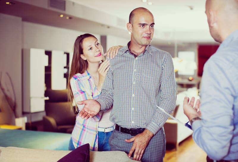 Para wybiera meble w salonie obraz royalty free