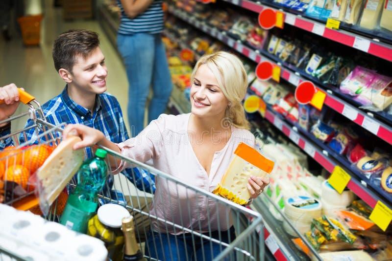 Para wybiera ser przy sklepem zdjęcia royalty free