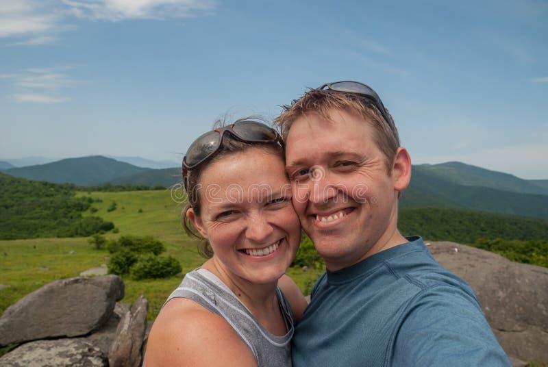 Para Wycieczkuje Along PRZY przerwami dla Selfie fotografia stock