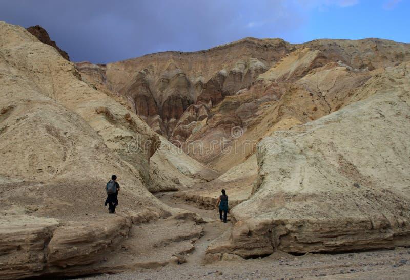Para wycieczkuje w górach Śmiertelny Dolinny park narodowy, wschodni Kalifornia i Nevada, zdjęcie royalty free