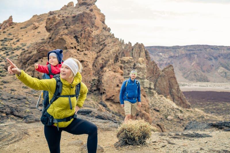 Para wycieczkuje z chłopiec podróżowaniem w plecaku obraz stock