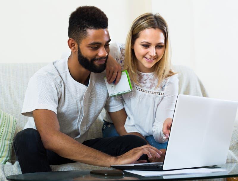 Para wyszukuje sieć w domu obrazy stock
