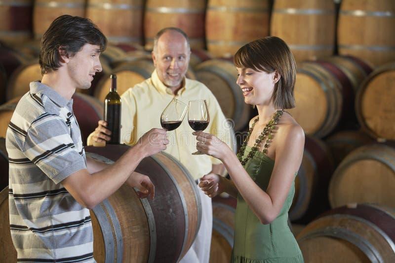Para Wznosi toast czerwone wino W lochu obraz royalty free
