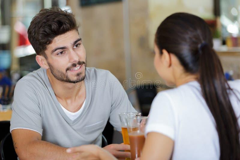 Para wznosi toast mieć piwo w barze obraz royalty free
