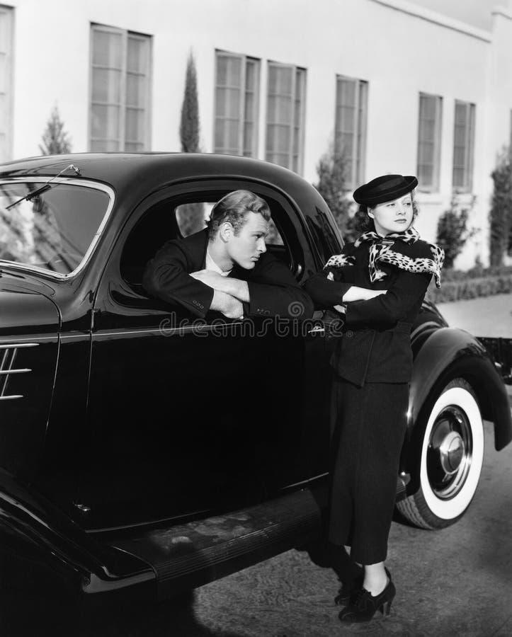 Para z antykwarskim samochodem (Wszystkie persons przedstawiający no są długiego utrzymania i żadny nieruchomość istnieje Dostawc zdjęcie stock