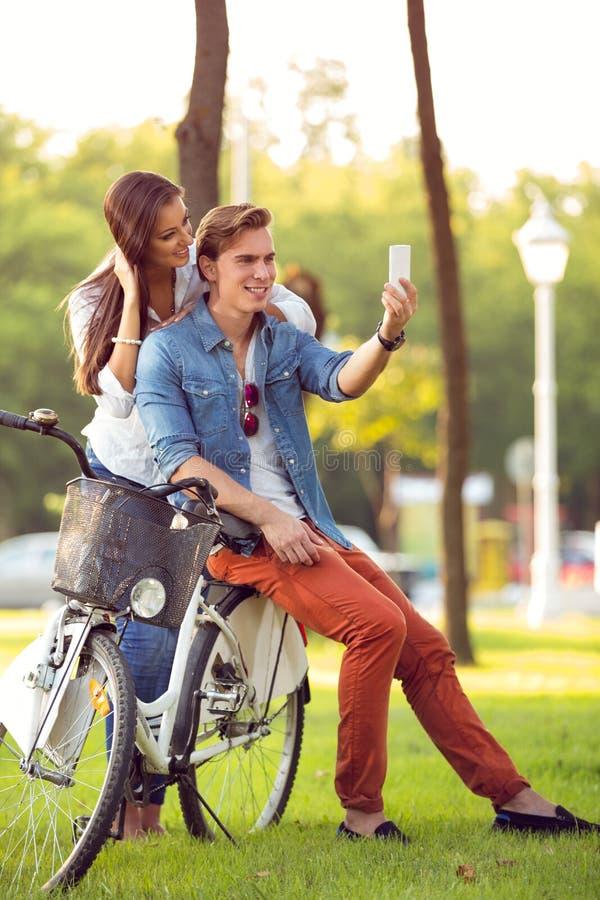 Para z bicyklami bierze fotografię zdjęcie royalty free