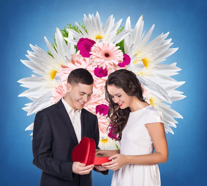 Para z czerwonego serca prezenta kształtnym pudełkiem obraz royalty free