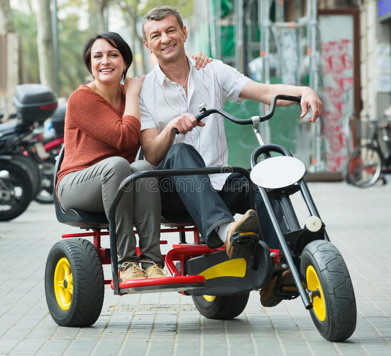 Para z dwoistym rowerem i kamerą w wakacje obrazy royalty free