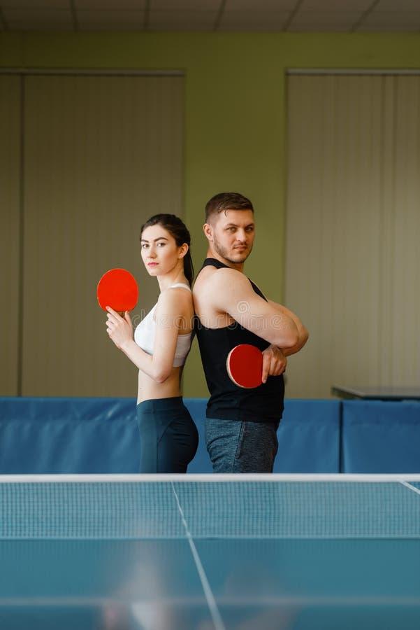 Para z kant pozami przy śwista pong stołem zdjęcia stock