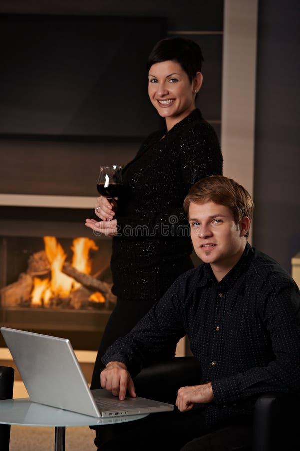 Para z komputerem w domu obrazy royalty free