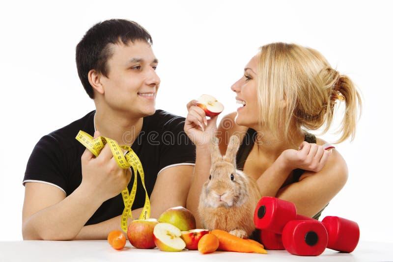 Para z młodym królikiem zdjęcia stock