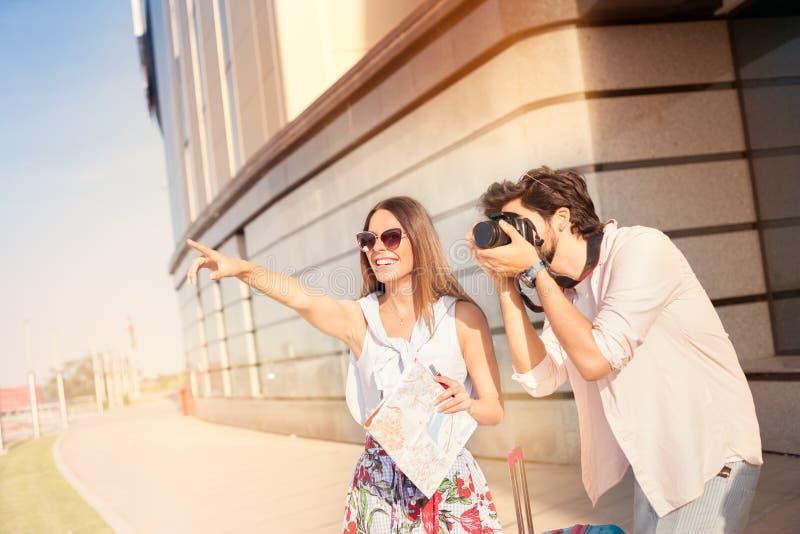 Para z mapą na podróży być na wakacjach, zwiedzający obraz royalty free