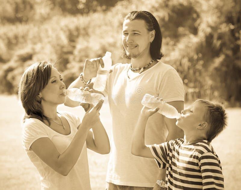 Para z nastolatek wodą pitną od butelek obrazy stock