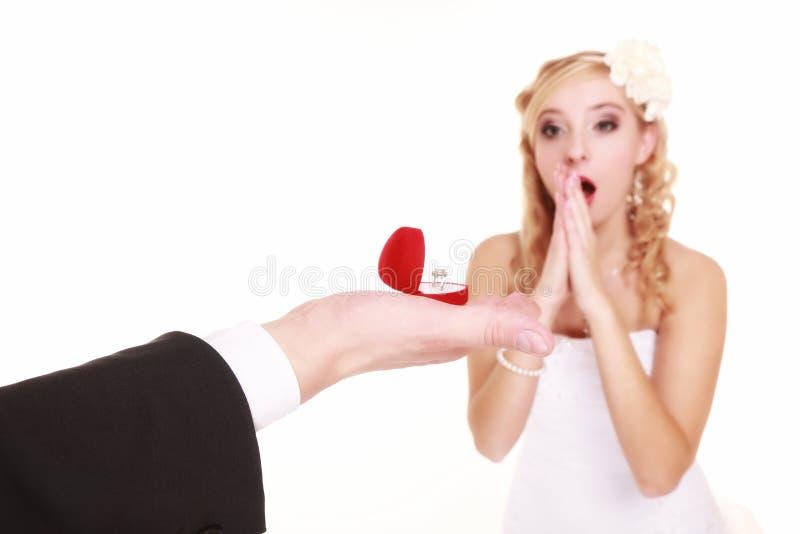 Para z obrączki ślubnej i prezenta pudełkiem  obraz royalty free