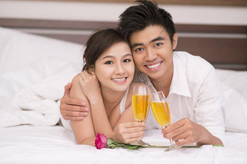 Para z szampanem zdjęcia royalty free