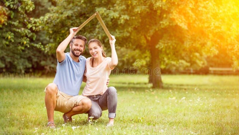 Para z ubezpieczenia i budynek budowy pojęciem zdjęcia royalty free