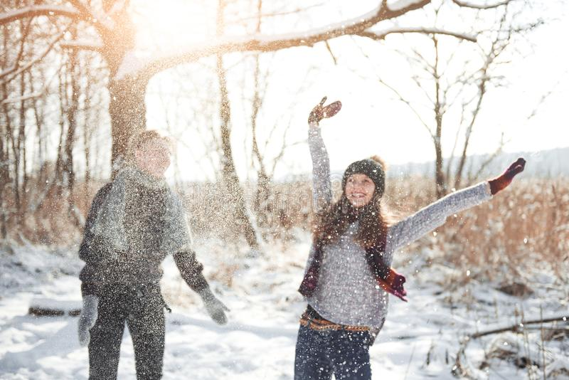 Para zabawę i śmia się buziak Młoda modniś para ściska each inny w zima parku Zimy historia miłosna, piękny zdjęcia stock