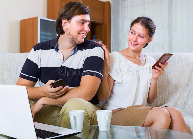 Para zakopuje w smartphones obrazy stock