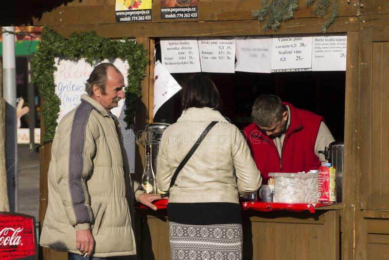 Para zakupy przy tradycyjnymi Bożenarodzeniowymi rynkami przy Masaryk kwadratem, Ostrava obrazy royalty free