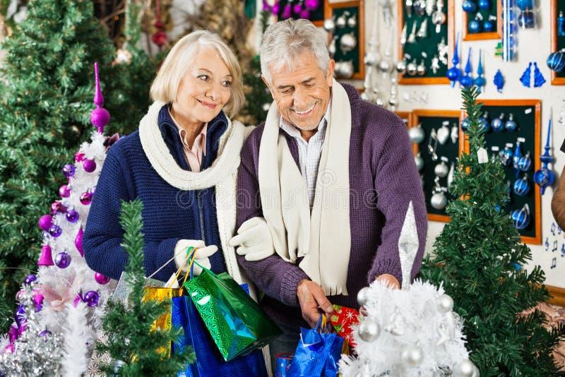 Para zakupy W boże narodzenie sklepie zdjęcia royalty free