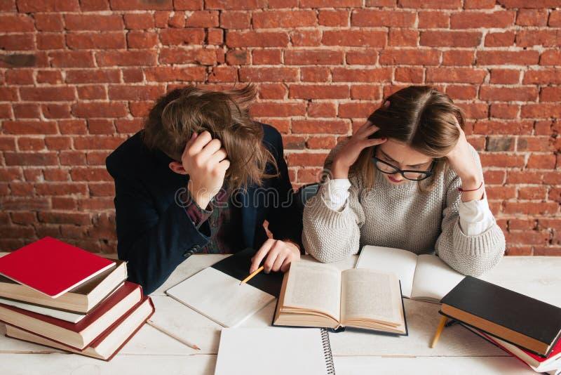 Para zmęczeni ucznie przygotowywa dla egzaminów obrazy royalty free