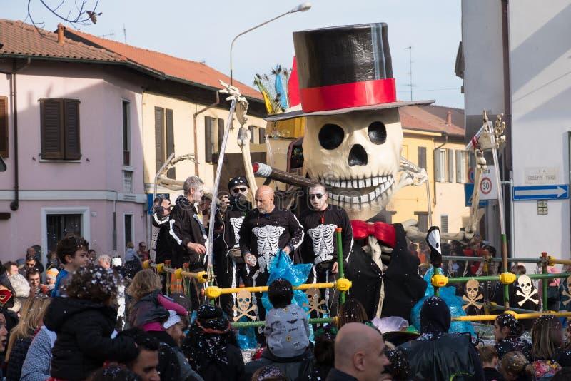PARABIAGO MI, ITALIE - 9 avril 2019 : quelques personnes habillées comme les squelettes jettent des confettis sur la foule pendan photographie stock