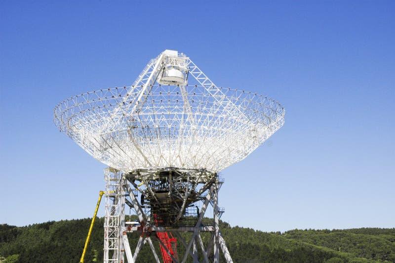 Parabolische antenne van een astronomisch waarnemingscentrum stock fotografie