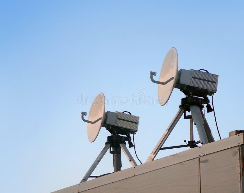 parabolisk satellit två för antenn royaltyfri foto
