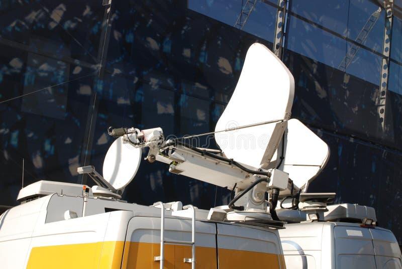 Paraboloïde de satellite mobile images stock